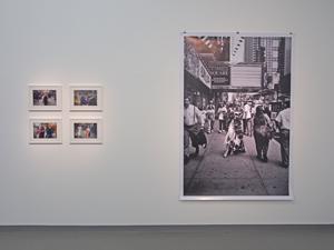 """Bild: Werke von Garry Winogrand und Peter Lindbergh in der Ausstellung """"Women on Street"""" im NRW-Forum Düsseldorf"""
