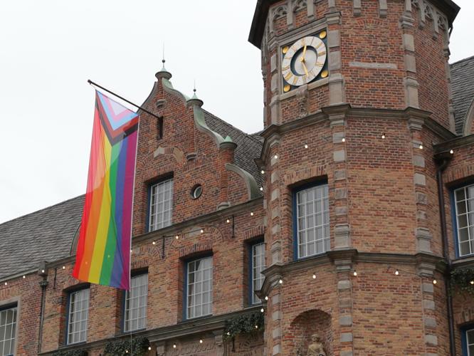 Bild: Neue Regenbogenflagge am Rathaus
