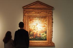 """Bild: Besucher vor """"Le Fluteur"""" von Pierres et Gilles"""