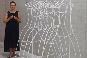 """Bild: Kuratorin Natalia Gershevskaya zeigt die Arbeit """"Iron Wedding"""""""" von Anna Zhelud"""