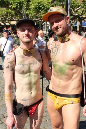 Bild: Zwei leicht bekleidete CSD-Teilnehmer