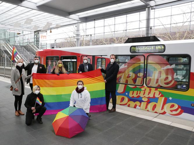 Bild: Teilnehmer*innen an der Pride-Bahn-Einweihung