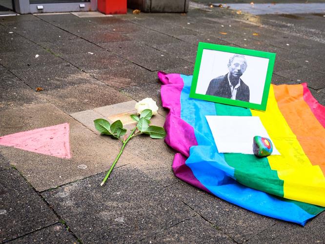 Bild: Geschmückter Stolperstein zum Gedenken an Karl Carduck