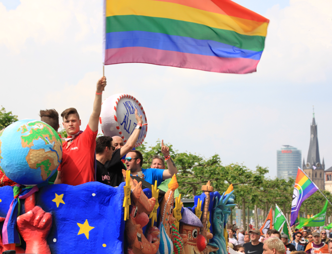 Bild: CSD-Parade am Rheinufer