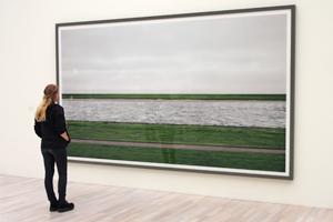 Bild: Besucherin betrachtet Fotografie von Andreas Gurky