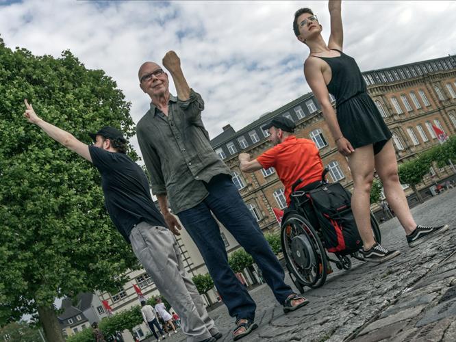 Bild: Vier Queers stellen das geplante Denkmal nach