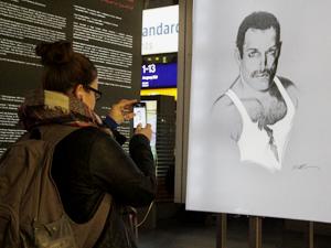 Bild: Porträt von Freddie Mercury mit Besucherin
