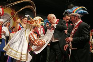 Bild: Karnevalsprinz unterschreibt Mitgliedsantrag