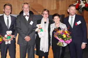 Gratulant_innen und Vorstandsmitglieder beim Festakt im Rathaus