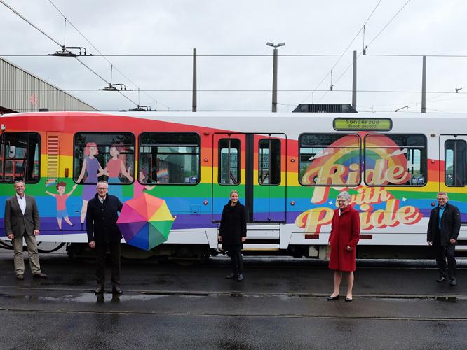 Bild: Rheinbahn-Führungsteam vor der Düsseldorfer Pride-Bahn