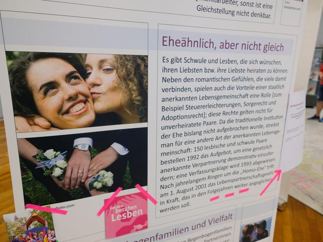 Bild: Roll-ups erläutern die Geschichte der lesbischen und schwulen Selbstorganisation