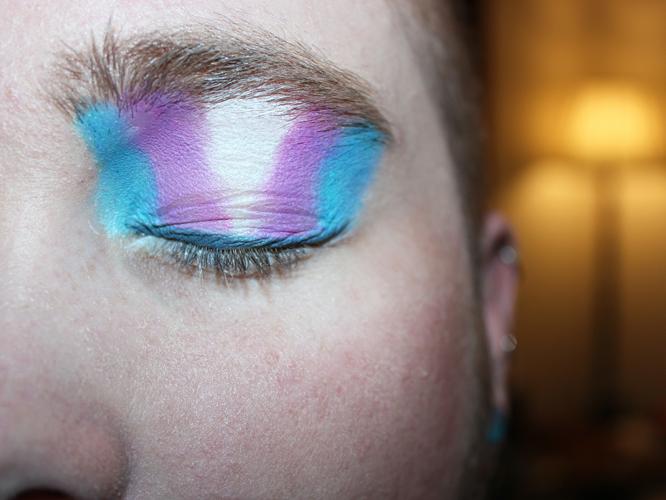 Bild: Gesicht mit Transgender-Lidschatten