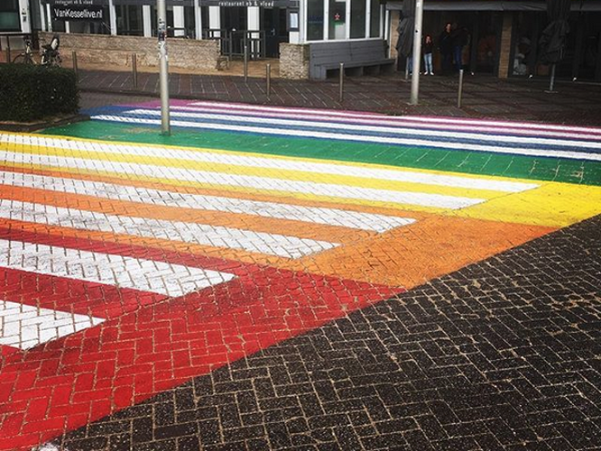 Bild: Regenbogen-Zebrastreifen in Zandvoort
