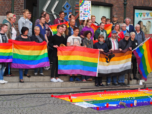 Bild: Rund 50 Teilnehmer_innen versammelten sich vor dem Düsseldorfer Rathaus.
