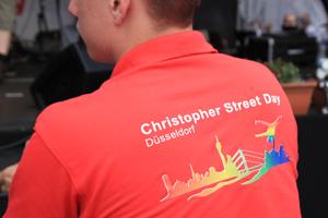 Bild: Helfer im roten CSD-Shirt