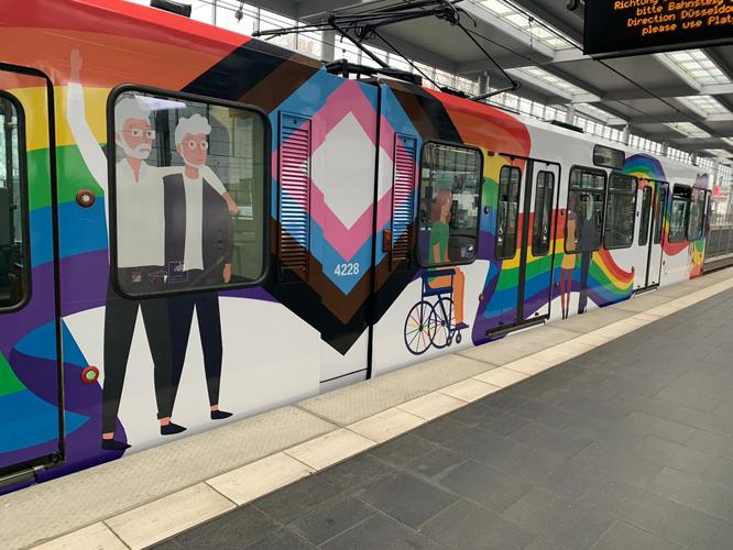 Bild: Straßenbahn mit Diversity-Motiven