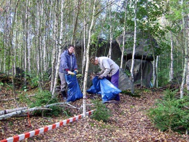 Christina und Hans sammeln Müll an der Quarkquetsche