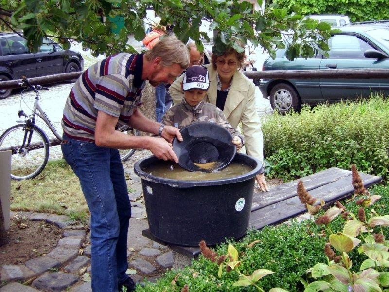 Matthias beim Goldwaschen