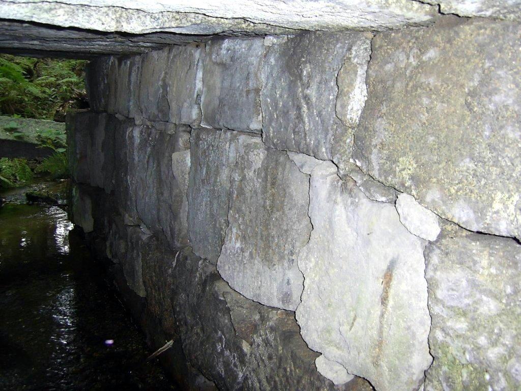 Die Brücke besteht vollständig aus Granitblöcken