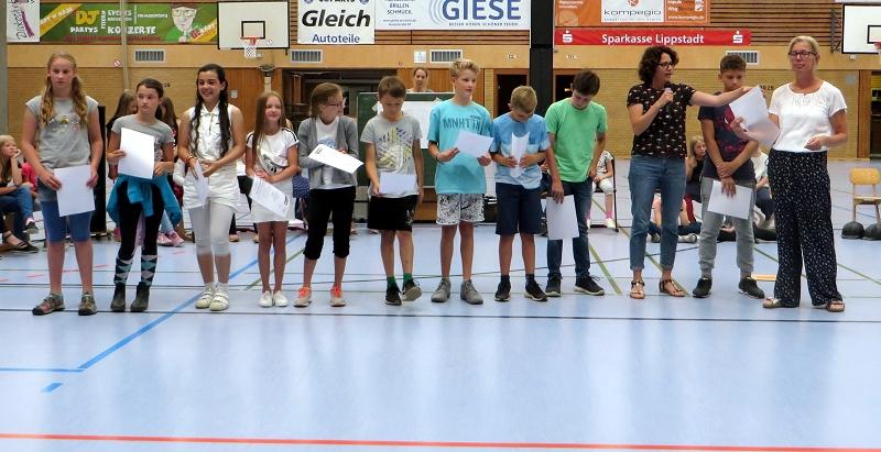 ... unserer Lioba-Staffelmannschaft und Frau Scheben zum Doppelsieg bei den Staffelläufen und beimDreikampf der Warsteiner Grundschulen.