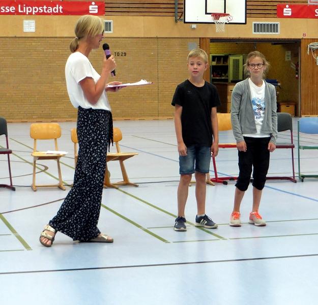 ... Katharina und Lukas, die hervorragende Leistungen im Mathewettbewerb gezeigt haben.