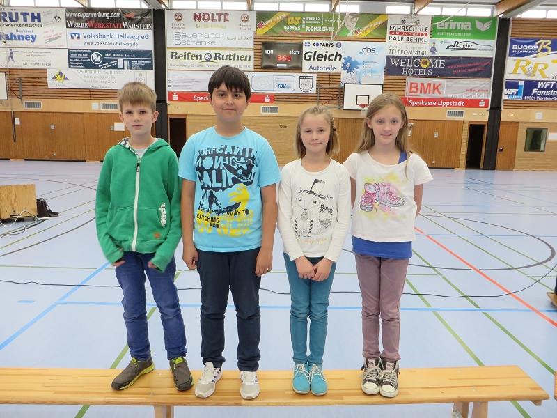 ... den Teilnehmern am Lesewettbewerb Julian Albersmeier, Deniz Polat und Carolin Hiegemann zu ihren guten Leistungen und Annika Gunt zu einem 1. Platz in der Vorrunde
