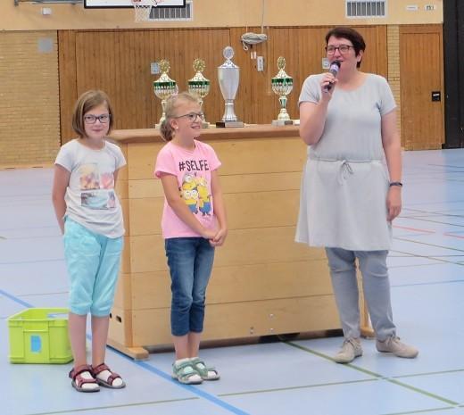 ... Lena Rathöfer und Emma Severin aus der 3b, stellvertretend für alle Teilnehmer der Musik-AG, für ihren tollen musikalischen Einsatz