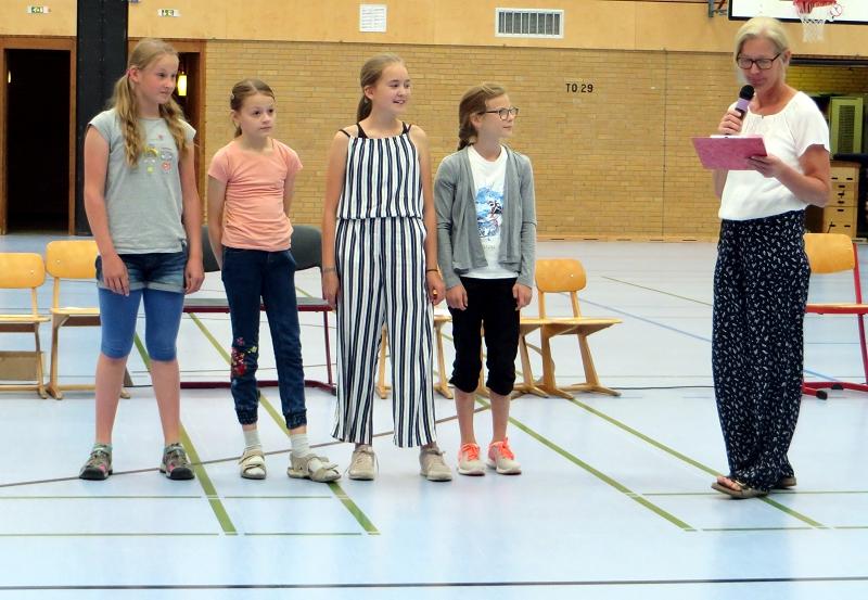 ... aus den vierten Klassen Katharina, Carlotta, Mathilda und Lena, die sich beim Lesewettbewerb qualifizieren konnten.