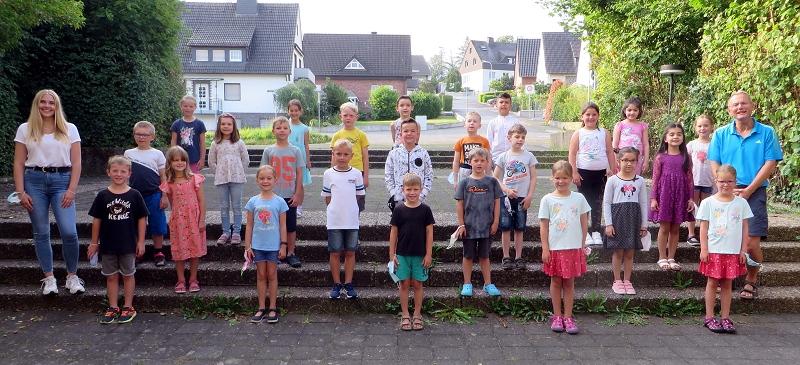 Klasse 2a mit ihrem Klassenlehrer Herrn Kempernolte und Maxime Tiefert (Bufdi)