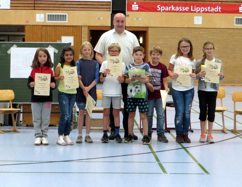 ... den Kindern der Schach-AG zu hervorragenden Leistungen sowie Simon (3c) und Katharina (4a) zum ersten Platz beim Schachturnier.