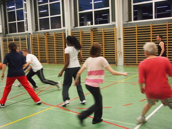 Fussball und Basketball in der Halle