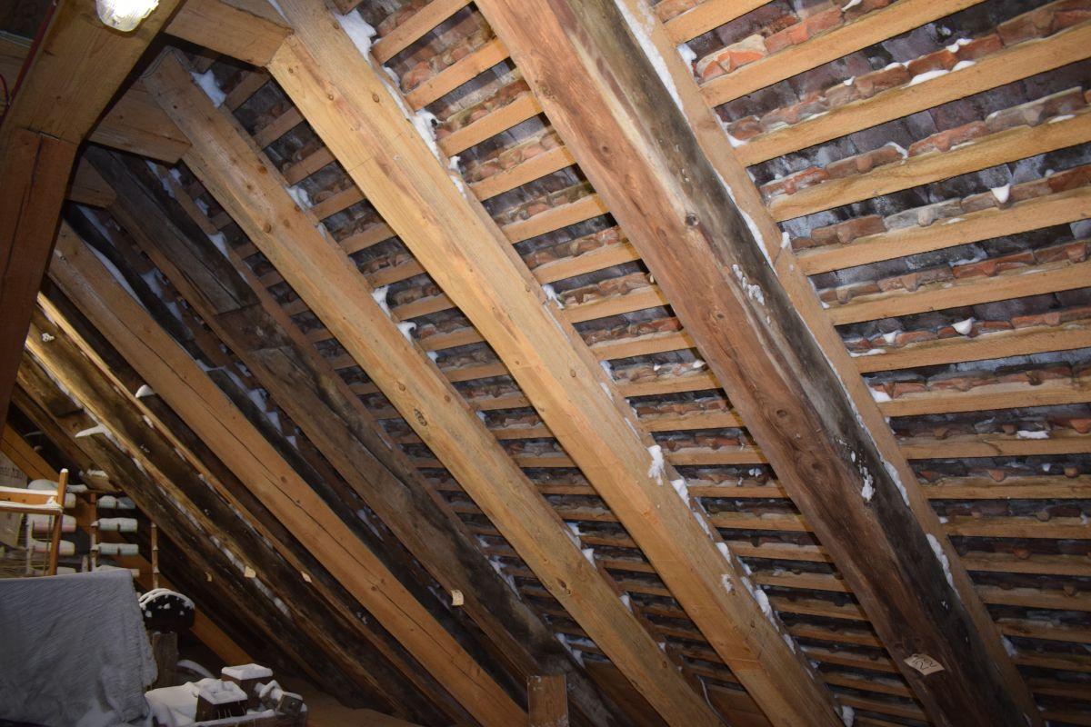 Hier sieht man, wie der Schnee durch die Fugen zwischen den Dachplatten hereingeweht wurde.