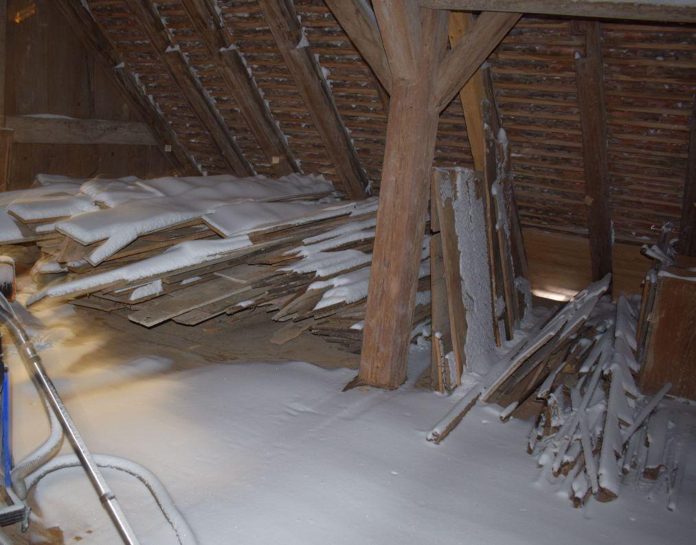 Das hier herumliegende Holz sollte laut Holzschutzgutachter sowieso woanders gelagert werden. Zunächst einmal erschwert es hier aber die Beseitigung des Schnees.