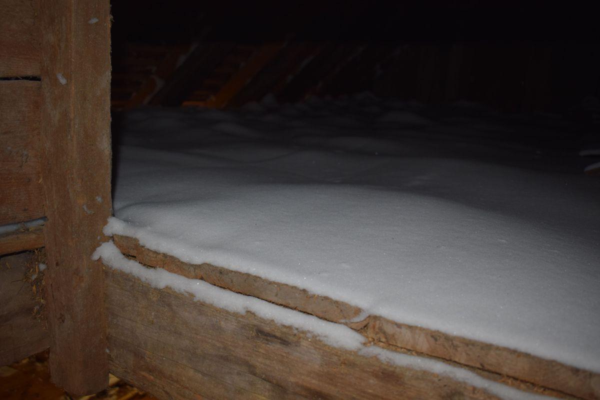 Auf der nordöstlichen Seite des Zwischenbodens hat der Wind beachtliche Schneeverwehungen gebildet.