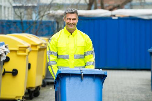 homme souriant qui travaille dans la gestion des déchets