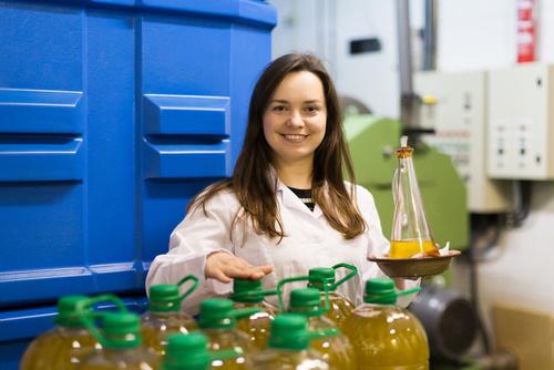 femme souriante qui travaille dans une usine de production agro-alimentaire