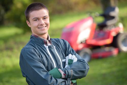 Homme souriant qui entretient les espaces verts pour les collectivités locales