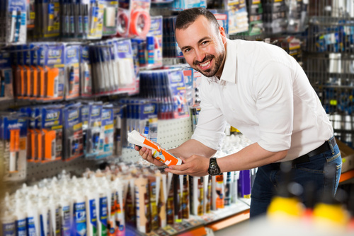 homme souriant qui travaille dans le commerce de détail