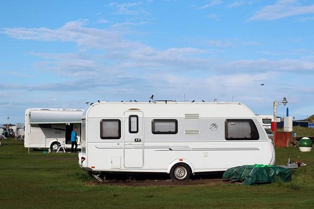 Caravan Wohnmobile stehen auf einem Reisemobil-Stellplatz.