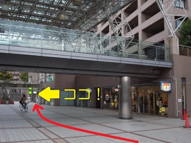 右手カドは桜宮リバーシティ郵便局。奥の方にミドリ色の看板が見えたら