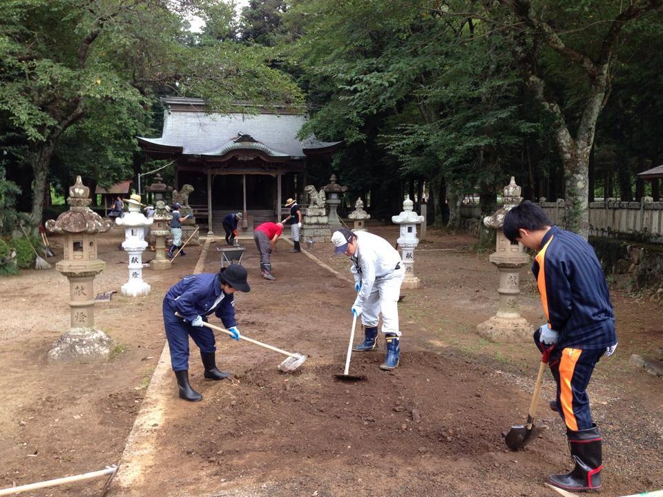丹波市の三輪神社の境内にて流れ込んだ土砂の回収・除去作業。「8/31。緑の杜の中で、蝉時雨を聞きながら、参道の泥を出しています。 この神社、少し前までは、流鏑馬神事が行われていたそうです。 今日もドロドロ」(B府さん撮影・談)