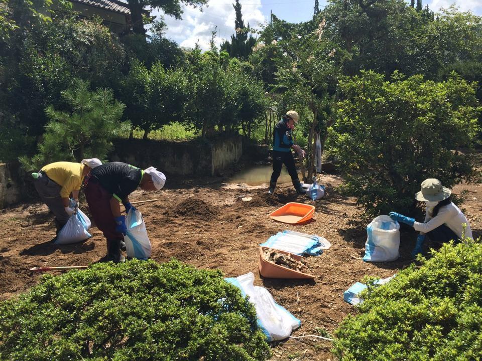 9/7丹波市内。「今日の丹波の現場はお庭に流れ込んだ土砂を土嚢に詰める作業です。地元の中学生の女の子も一緒です(^ω^) 今日は暑い‼」(H本さん談)