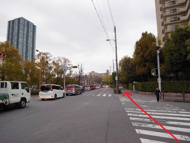 「中野町5」交差点を渡って道なりに。