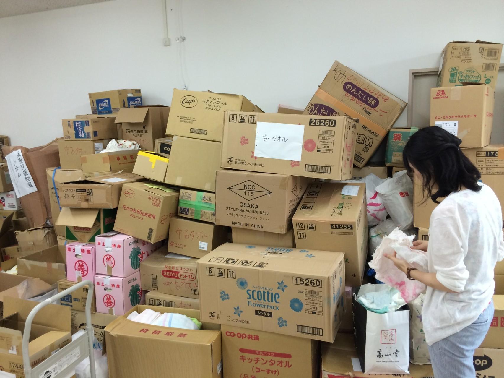 ボランティアセンターでの物資の仕分け作業もお手伝いしました(S間さん撮影)。全国の皆さんからの善意・・・ではありますが、中には「?」と感じてしまうものもありました。「支援物資を送る立場になったときには、とにかく想像して頂きたいです。  もし、自分が被災者で、支援物資が必要になった場合、 なんでもかんでも欲しいのかな?使えるのかな?って」(T岡さん談)
