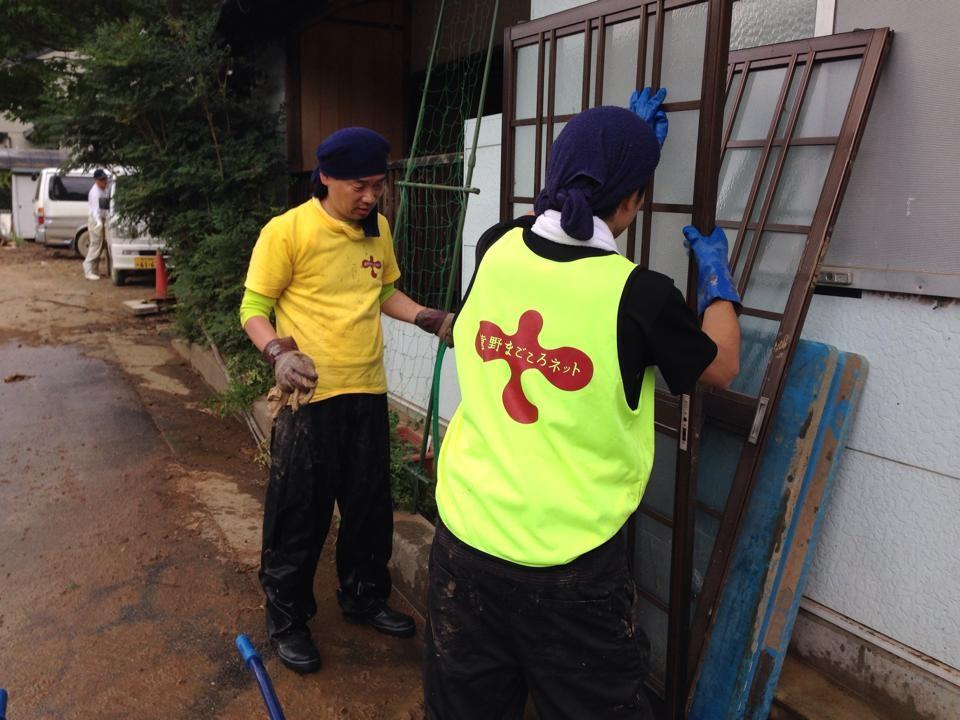 同じく丹波市の民家にて。運び出した建具も丁寧に泥を拭き取り乾かします。まごころネットのトレードマーク(蛍光ビブスと黄色Tシャツ)は目立ちますね・・・(B府さん撮影)