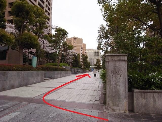 少し歩くと右手に「桜宮リバーシティ」の入口。ここを入って前方の青い看板を目指して直進。