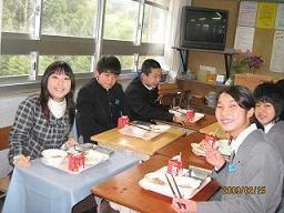 授業になじみやすいように、給食を一緒に食べました