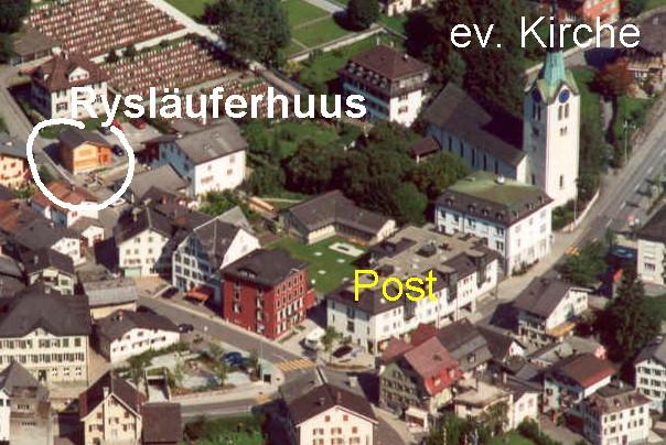 Das Rysläuferhuus befindet sich im Dorfkern von Schwanden, gegenüber der Rüetlistrasse 6, auf dem Weg zur katholischen Kirche