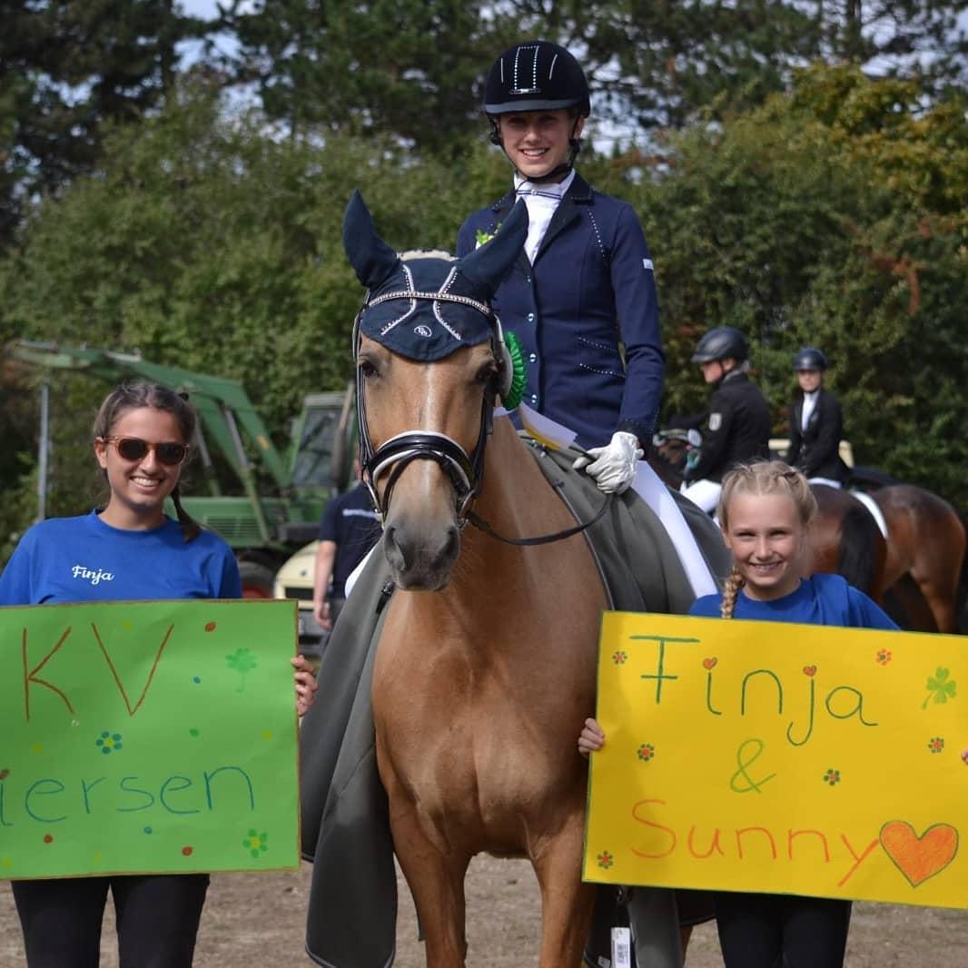 Finja Honold mit Sunny Day und ihren Freundinnen vom Laschenhof. Foto: Hanna