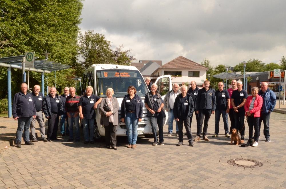 Foto: Anke Vetter - Fahrer, Vorstand, Bürgermeister, Vertreter*innen der Fraktionen